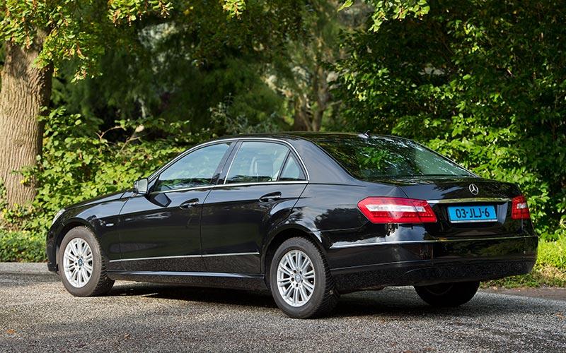 Zwarte Mercedes Volgauto – 4 persoons