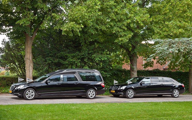 Zwarte Mercedes rouwstoet