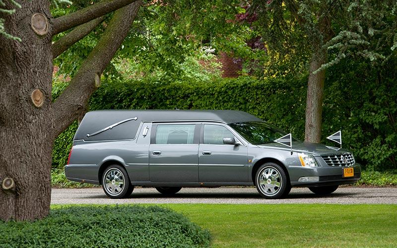 Antracietgrijze Cadillac Rouwauto – Landaulet uitvoering - Straver Mobility Uitvaartvervoer