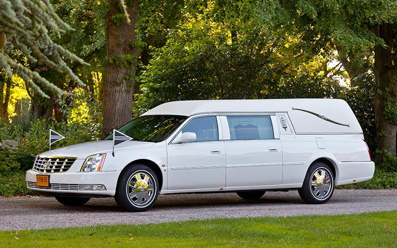 Witte Cadillac Rouwauto – Landaulet uitvoering