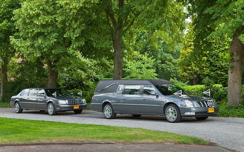 Antracietgrijze Cadillac Rouwstoet - Straver Mobility Uitvaartvervoer