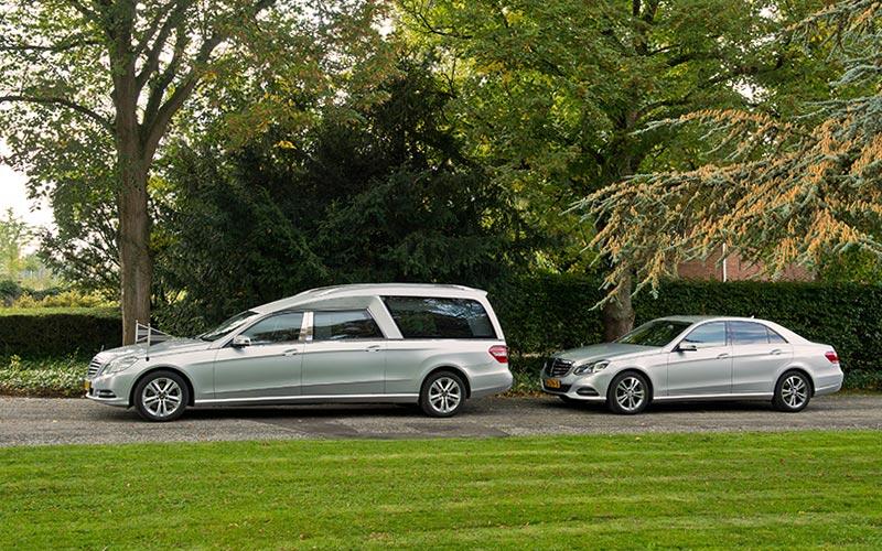 Zilvergrijze Mercedes Rouwauto – Glas uitvoering - Straver Mobility Uitvaartvervoer