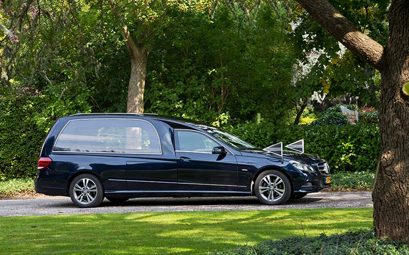 Blauwe Mercedes Rouwauto – Glas uitvoering -Straver Mobility Uitvaartvervoer