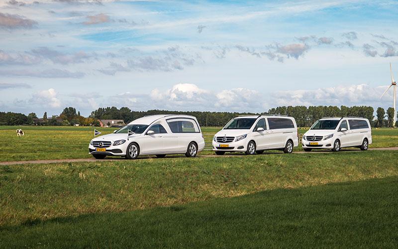 Witte Mercedes Rouwauto – XL Glas uitvoering - Straver Mobility Uitvaartvervoer