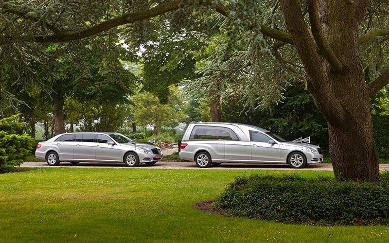 Zilvergrijze Mercedes Rouwauto – XL Glas uitvoering