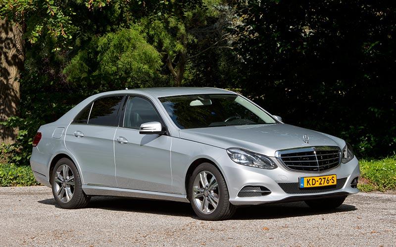 Zilvergrijze Mercedes Volgauto – 4 personen - Straver Mobility Uitvaartvervoer