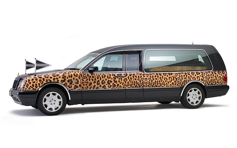 Cheetah rouwauto met luipaardprint - Straver Mobility Uitvaartvervoer