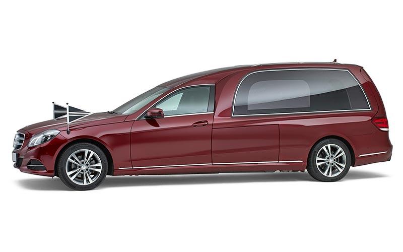 Bordeauxrode Mercedes Rouwauto – Glas uitvoering - Straver Mobility Uitvaartvervoer