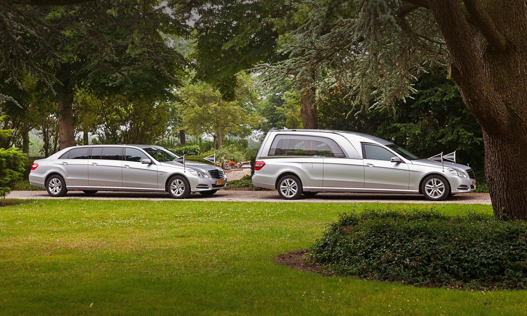 Zilvergrijze Mercedes rouwauto en volgauto, een rouwstoet of uitvaartstoet van nabestaanden die hun overleden dierbare vergezellen naar de laatste rustplaats.