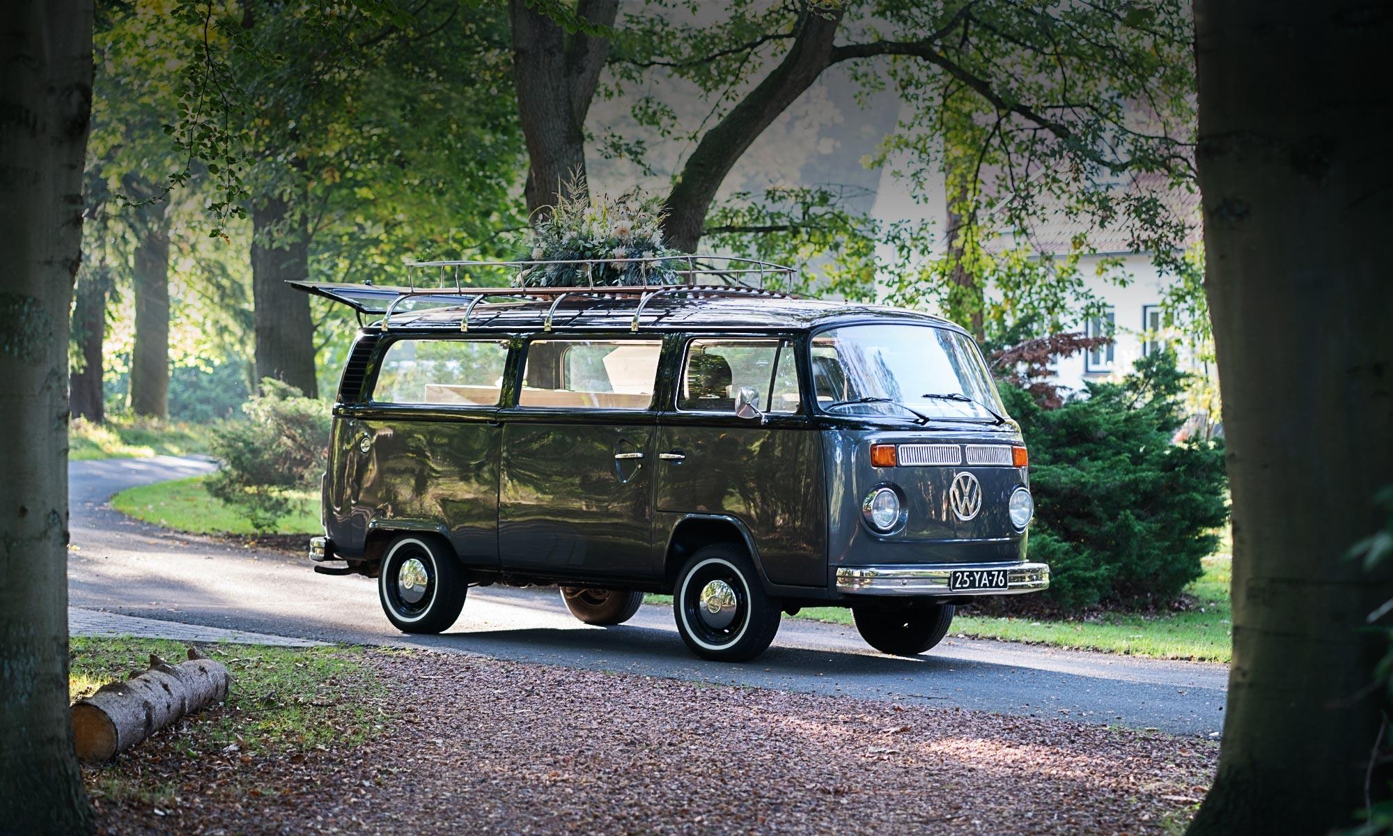 Een echte klassieker, de Volkswagen T2 rouwbus. Deze karakteristieke rouwauto doet herinneringen herleven.